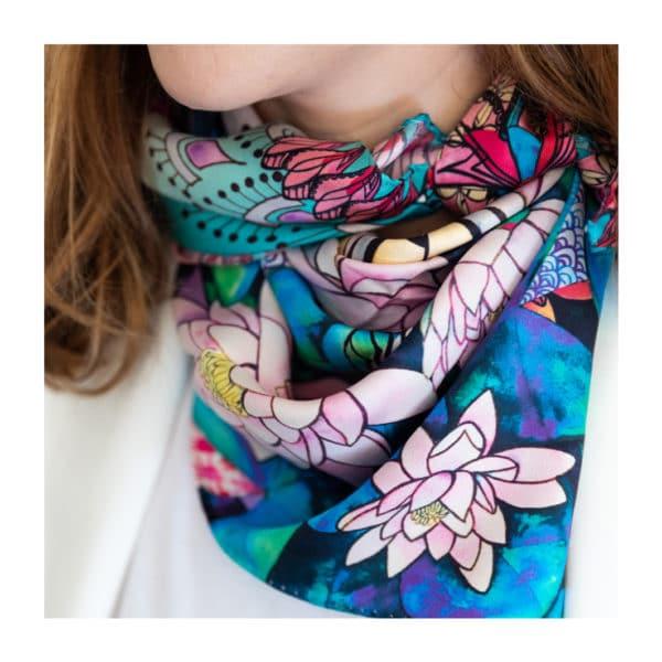Foulard Créativité de Manie V., réalisé avec des motifs aquarelle et en soie