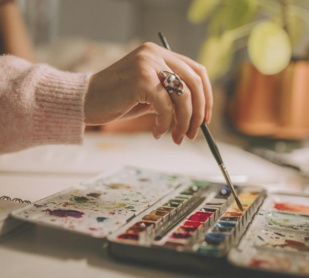 Peindre les motifs à l'aquarelle